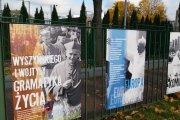 Plenerowa wystawa przy kościele